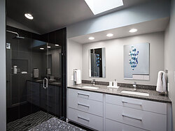 Modern Bathroom - Black and White