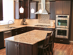Warm Kitchen With Backsplash Details - Kitchen Island