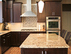 Warm Kitchen With Backsplash Details - Kitchen Island Design