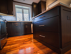 Contemporary Kitchen With Shaker Cabinets - Cabinet Pulls